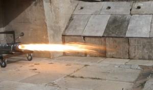 Silnik rakietowy SF1 podczas pracy na stanowisku testowym